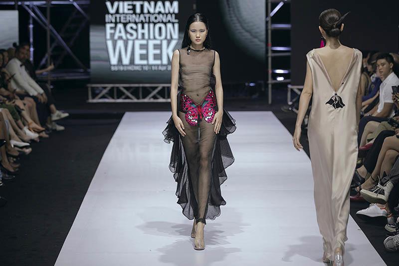 Á hậu Mâu Thuỷ không mặc nội y khi làm vedette show thời trang