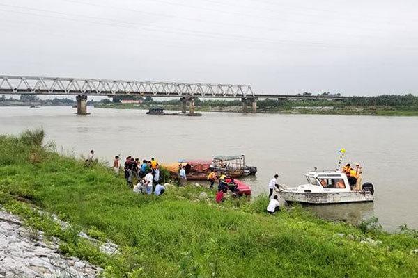 Cùng nhóm bạn dừng giữa cầu, nữ sinh gieo mình xuống sông Đuống