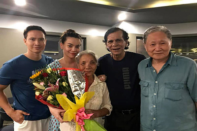 Bố mẹ Kim Lý sang Việt Nam thăm bố mẹ Hồ Ngọc Hà