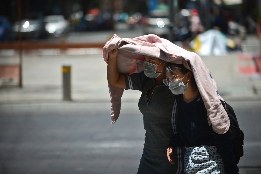 Sài Gòn 40 độ: Trùm áo bò vẫn nhăn nhó dưới nắng