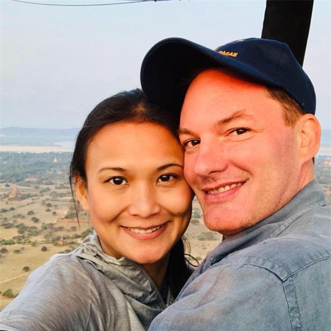 Chồng cũ Hồng Nhung lần đầu lộ diện cùng vợ mới sau đám cưới
