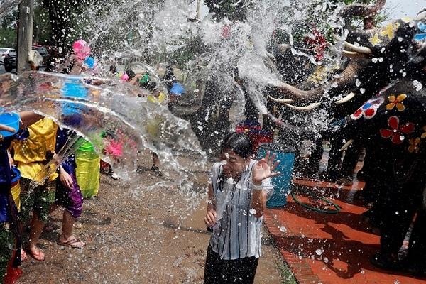 Người Thái ướt sũng trong lễ té nước vui hết nấc