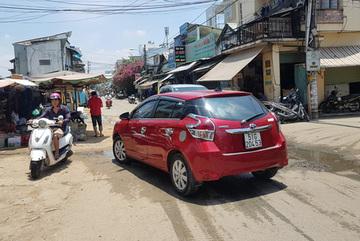 Nữ tài xế đậu ô tô giữa đường để đi chợ gây bức xúc