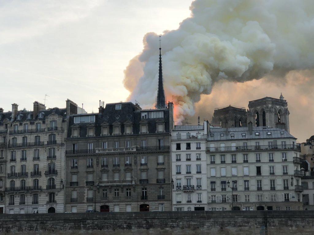 Nhà thờ Đức Bà lửa ngút trời, 'xé toạc trái tim nước Pháp'