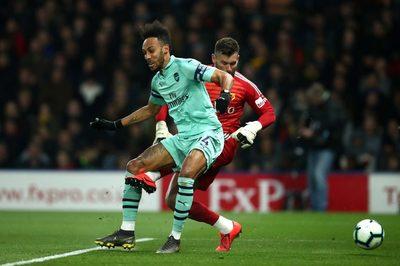 """Thủ môn cũ MU """"tặng quà"""", Arsenal thắng nghẹt thở"""