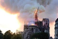 Khoảnh khắc chóp nhọn Nhà thờ Đức Bà Paris đổ sập