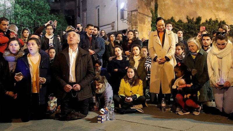 Người Pháp khóc, hát cầu nguyện khi Nhà thờ Đức Bà bốc cháy