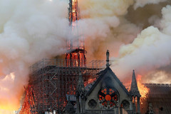 Dàn sao thế giới sốc, buồn khi Nhà thờ Đức bà Paris bốc cháy dữ dội