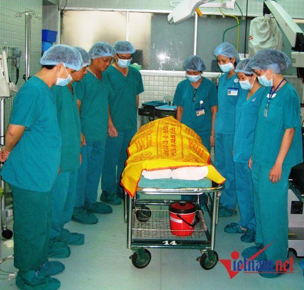 Bác sĩ cúi đầu tri ân trước cái chết của người đàn ông 36 tuổi ở Sài Gòn