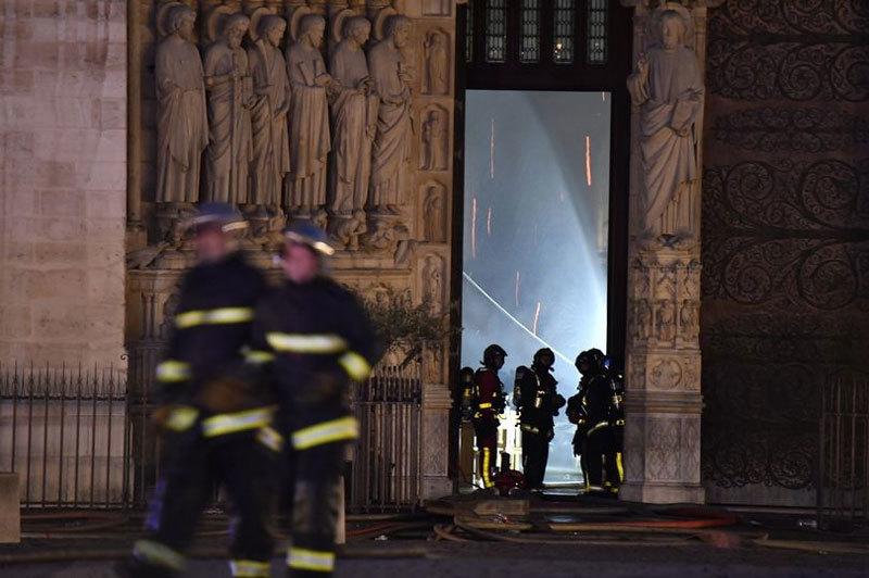 Hình ảnh những người lính dũng cảm diệt lửa ở Nhà thờ Đức Bà Paris