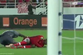 Thủ môn bị gãy gập chân sau pha va chạm với đồng đội