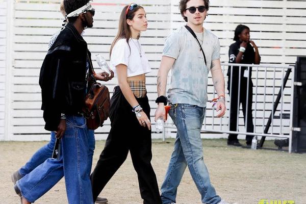 """Bồ của quý tử nhà Beck chuộng mặc nội y """"lộ thiên"""" ở siêu lễ hội âm nhạc"""