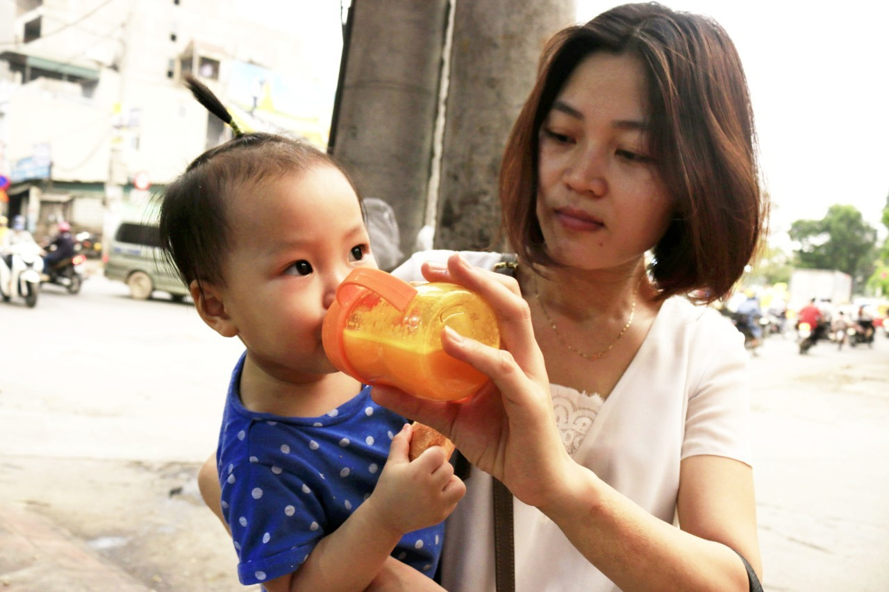 Ngày nắng rát đầu tiên: Vạn chai nước ép siêu rẻ tràn vỉa hè Hà Nội