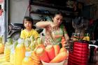 Nắng rát đầu mùa: Nước ép hoa quả tràn vỉa hè Hà Nội, giá rẻ bằng 1/3