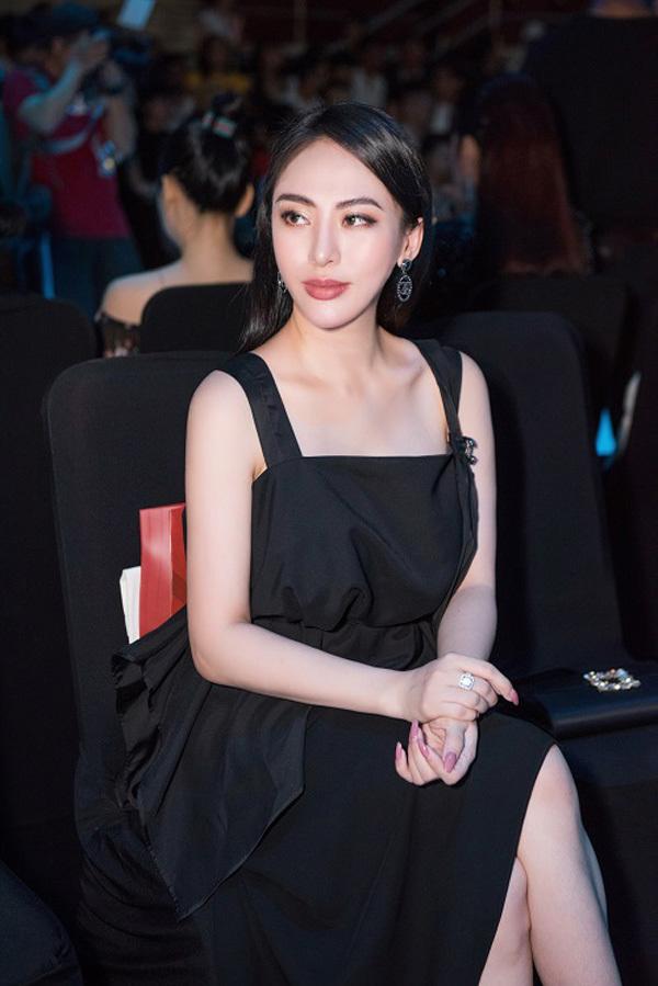 Hoa hậu Áo dài Thu Hoàngthanh lịchđi xem thời trang