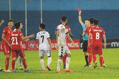 Trọng tài V-League rút nhầm thẻ đỏ bị treo còi