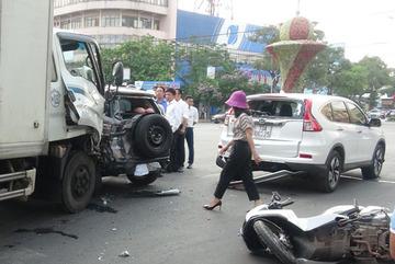 Xe tải tông thẳng đoàn xe dừng đèn đỏ, 2 người nhập viện