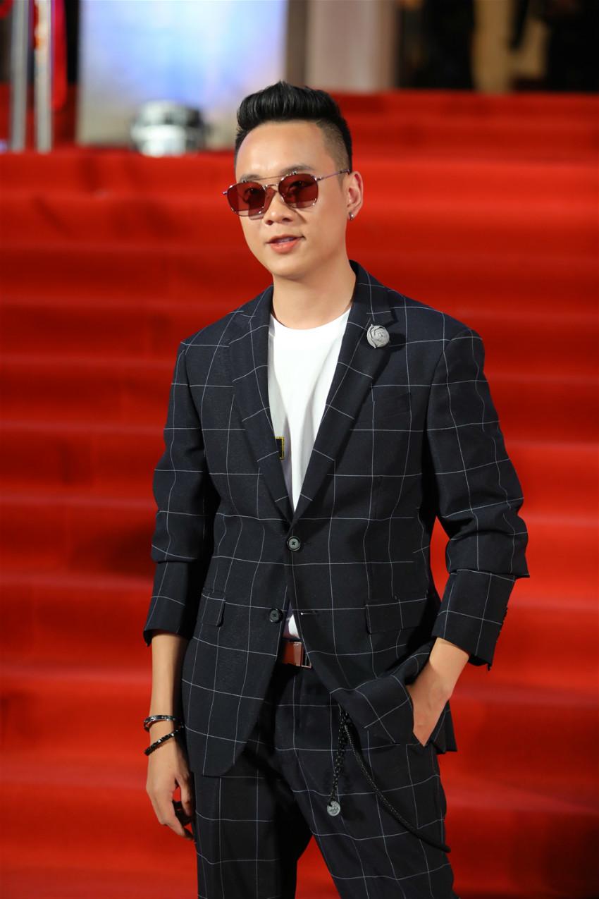 Tóc Tiên nổi bật, Tiểu Vy xinh đẹp xuất thần trên thảm đỏ giải Cống hiến 2019