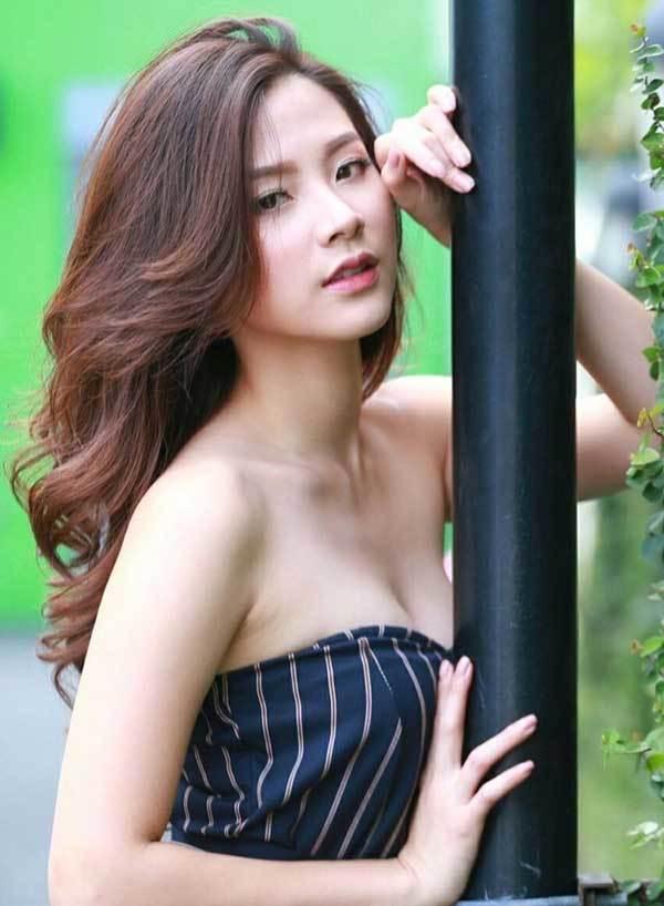 Váy áo tôn ngực gợi cảm ngoài đời của 'nữ thần té nước Thái Lan'