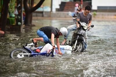 Người Sài Gòn ngã nhào trong mưa ngập đầu mùa