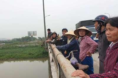 Ôm con nhỏ 1 tuổi bất lực nhìn vợ nhảy cầu ở Thanh Hóa