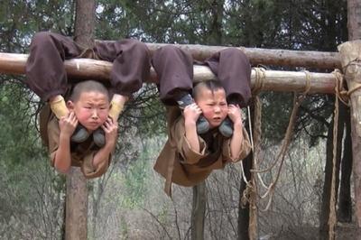 Chú tiểu 6 tuổi treo mình lơ lửng trên cây luyện võ Kung-fu