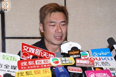 Á hậu bị hủy công việc, tài tử Hong Kong khóc nức nở xin vợ tha thứ sau scandal ngoại tình