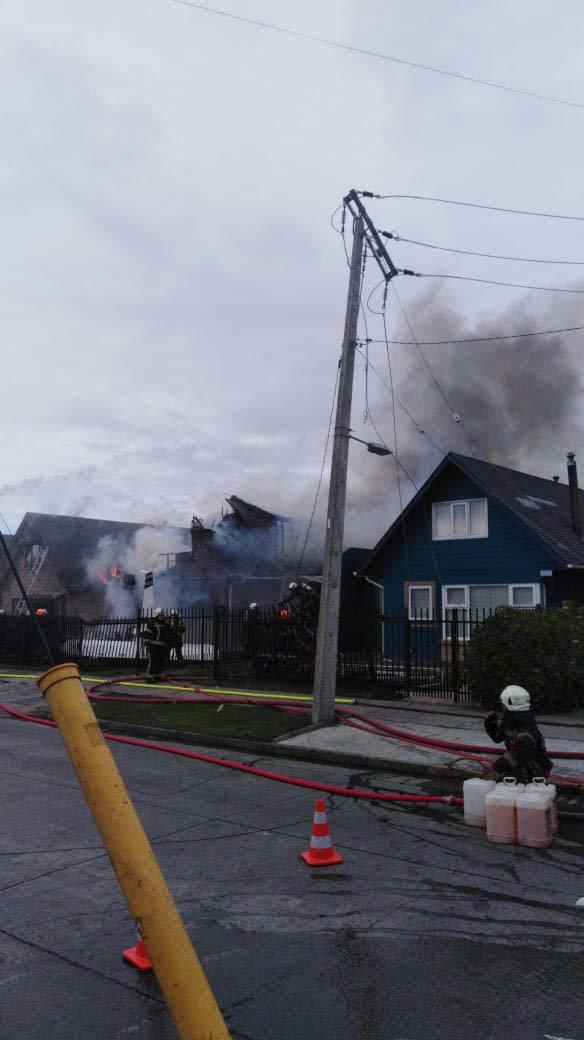 Máy bay rơi xuống nhà dân cháy ngùn ngụt, 6 người chết