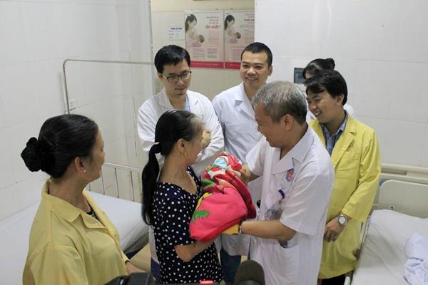 Bác sĩ nín thở 9 tháng chờ bé trai chào đời từ người mẹ thường xuyên ngất xỉu