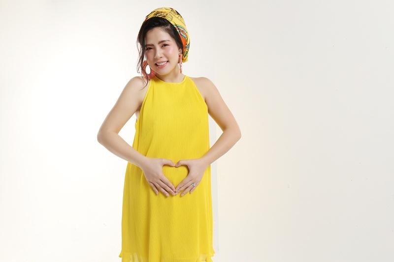 'Ca sĩ bị chém' mặc sexy khoe bụng bầu 5 tháng với chồng Việt kiều