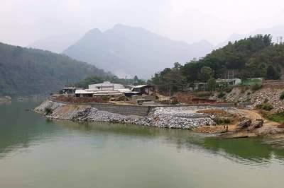 Lấp hàng nghìn khối đá chặn dòng sông Mã bị phạt 30 triệu đồng