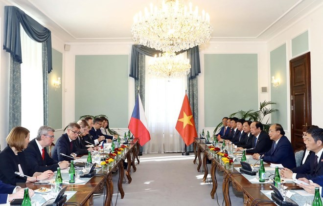PM Phuc holds talks with Czech counterpart in Prague