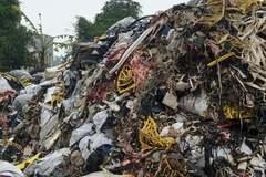 Hải Phòng: Rác chất núi, hôi thối trước trụ sở thị trấn