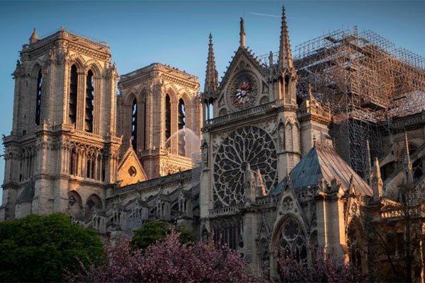 Các thánh đường Pháp đồng loạt rung chuông vì Nhà thờ Đức Bà Paris