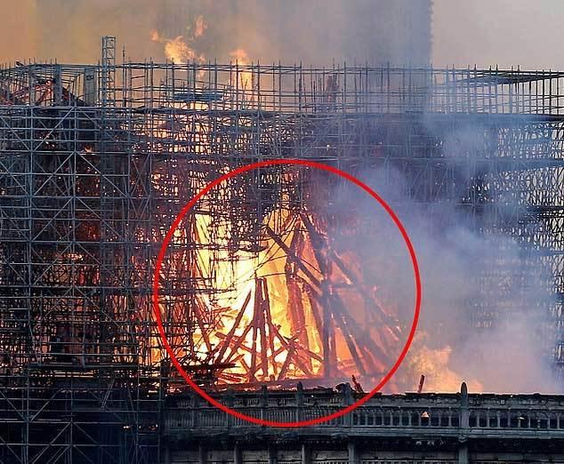 Hình ảnh Chúa Giê-su hiện giữa đám cháy Nhà thờ Đức Bà Paris