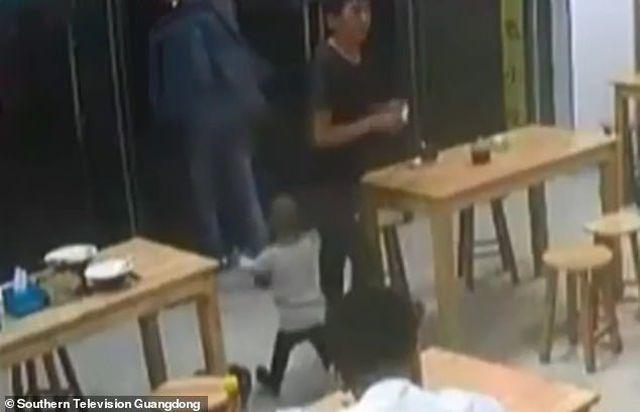Thiếu nợ tiền bát mỳ, ông bố 'cắm' con gái ở lại quán ăn