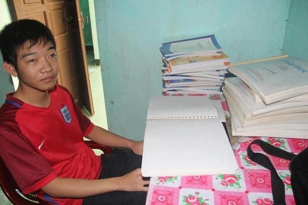 Học sinh khiếm thị Hà Tĩnh nhận học bổng 2,2 tỷ đồng