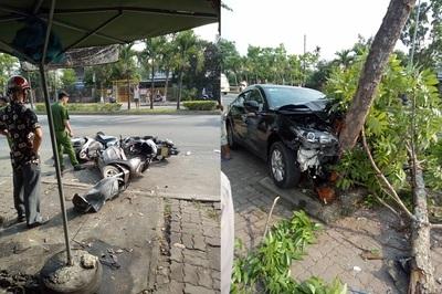 Xế hộp đâm loạn xạ xe máy, tài xế và 3 người bị thương