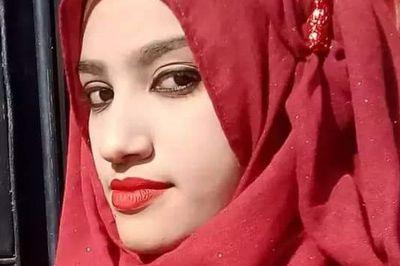 Nữ sinh bị thiêu sống vì tố hiệu trưởng quấy rối tình dục
