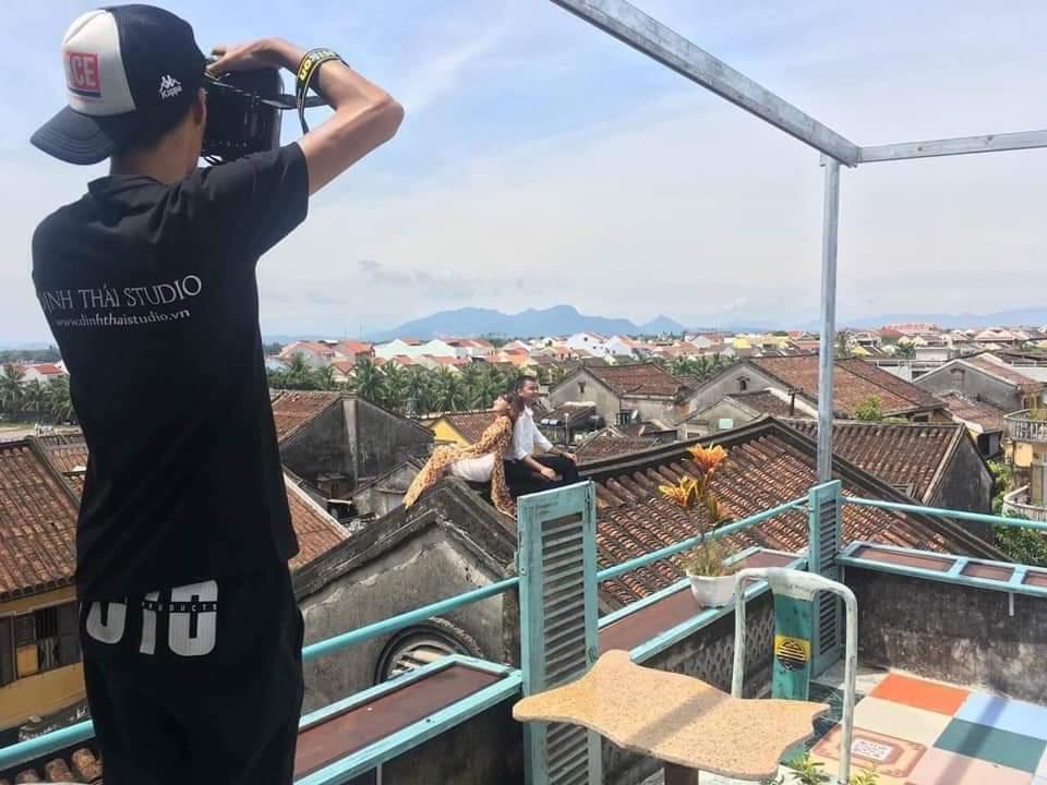 Cặp đôi leo lên mái nhà cổ Hội An nằm 'sõng soài' chụp ảnh cưới