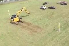 Xem trận đấu bóng đá thú vị giữa ô tô và cần cẩu