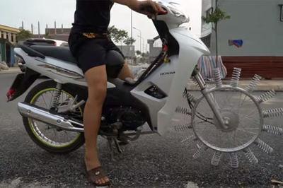 Xe máy gắn lò xo cho bánh trước của biker Việt gây sốt báo ngoại