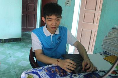 """Đôi tay """"biết đọc"""" của cậu học trò khiếm thị vừa giành học bổng 2,2 tỷ"""