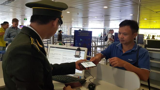 Liều lĩnh bỏ tiền làm thẻ căn cước giả để đi máy bay