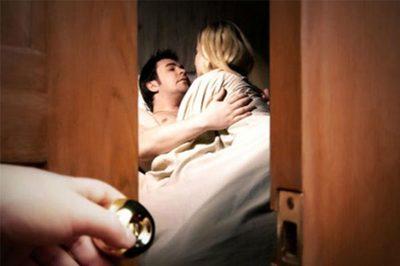 """Bất ngờ về nhà, vợ cay đắng thấy chồng """"tòm tem"""" với ôsin"""