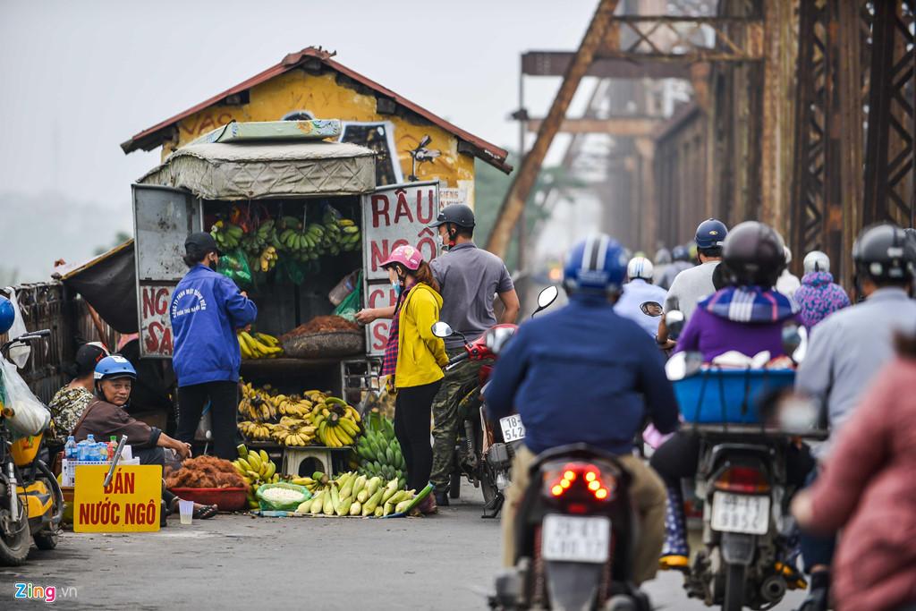 Cầu Long Biên thành chợ cóc, giao thông ùn ứ