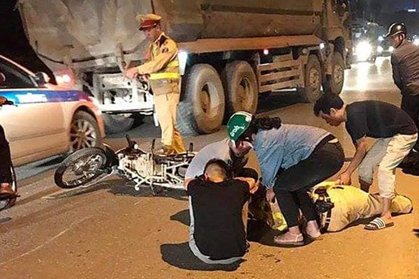 Hà Nội: Thiếu tá CSGT bị xe máy tông gục