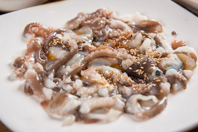 Rùng mình thưởng thức món bạch tuộc sống ngoe nguẩy trong miệng