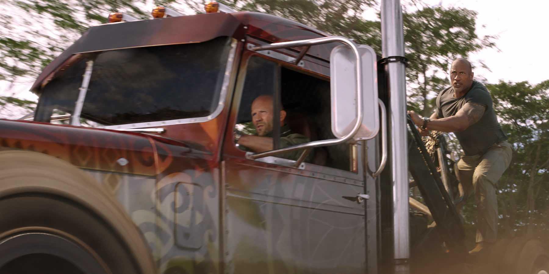 The Rock một mình cân cả trực thăng trong phim ngoại truyện của 'Fast & Furious'
