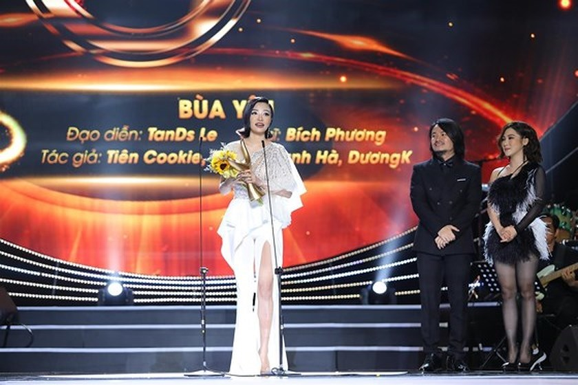 """Bich Phuong's """"Bua Yeu"""" honored with two Devotion Music Awards awards"""